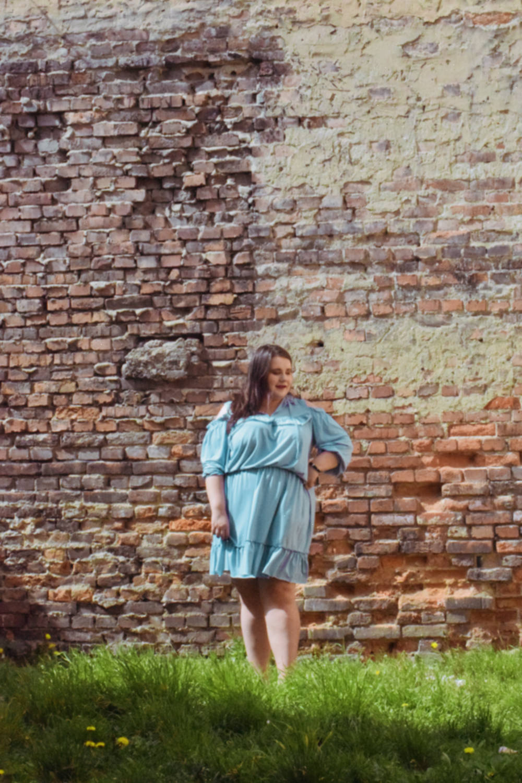 niebieska sukienka cavaricci plus size